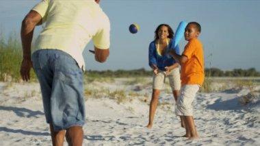 Eltern und Sohn spielt baseball — Stockvideo