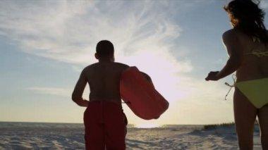 家庭跑过沙滩 — 图库视频影像
