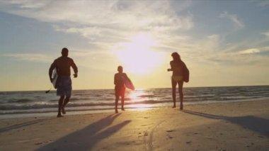 Family running across beach — Stock Video