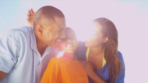 Familia de vacaciones en la playa juntos — Vídeo de stock