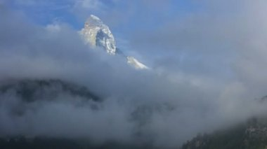 Cloud clearing slopes and mountain — Stok video