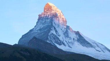 Sun rising on Matterhorn Peak — Stock Video