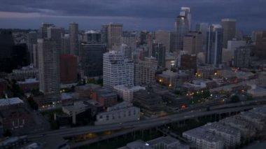 Aerial dusk view city coastal skyscrapers Alaskan Way Viaduct, Seattle, USA — Stock Video