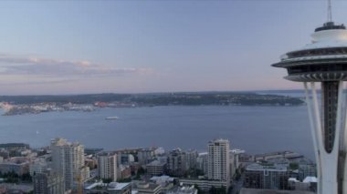 Aerial sunset view Space Needle Observation tower, Seattle, USA — Stock Video