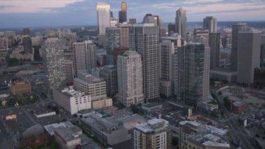 Aerial dusk skyscraper view Metropolitan city Seattle, USA — Stock Video