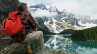 Male hiker enjoying majestic scenery — Stock Video