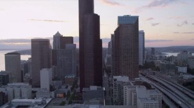 Aerial dusk view Business Center Skyscrapers, Seattle, USA — Stock Video