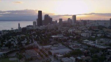 Günbatımı hava görünümünü downtown seattle iş ve Finans Merkezi, Abd — Stok video