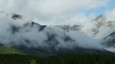 Clouds swirling across Mountain Peaks — Video Stock