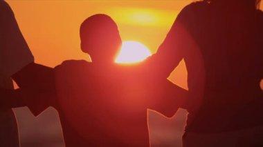 夕日を見て息子を持つ親 — ストックビデオ