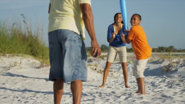 Padres e hijo jugando al béisbol — Vídeo de stock