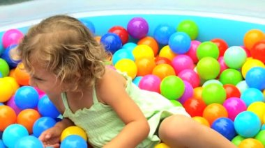 Little girl playing in pool — Stock Video