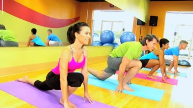 Fitness group in health club — Stock Video