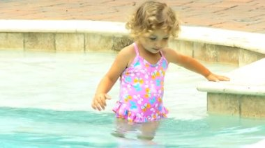 Little girl splashing into pool — Stock Video