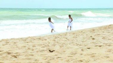 Vrouwen spelen op het strand — Stockvideo