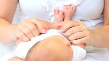 Newborn baby boy in the hands of mother — Stock Video