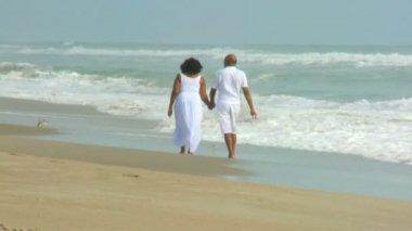 Senior Ethnic Couple Barefoot on Beach — Stock Video