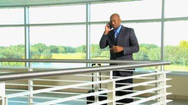 бизнесмен, разговаривает по телефону — Стоковое видео