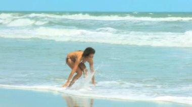 Girl walking on the beach — Stock Video
