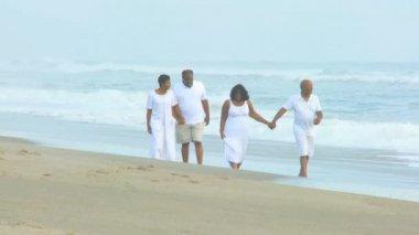 People walking on the beach — Stock Video