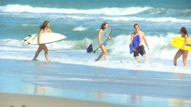 Family walking towards sea — Stock Video