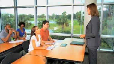 Estudiantes en una conferencia con el maestro en la escuela — Vídeo de Stock