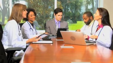 Meeting of financial advisor with medical team in hospital boardroom — Stock Video