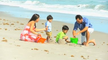 Cute Hispanic Brothers Making Sandcastles Parents — Stock Video