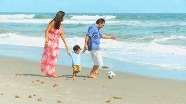 Young Hispanic Family Playing Football Beach Outing — ストックビデオ
