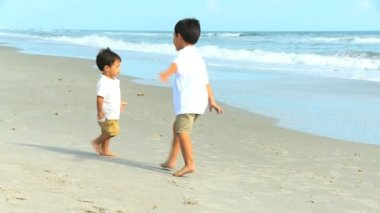 Young Hispanic Boys Playing Beach Outing — Vídeo de Stock