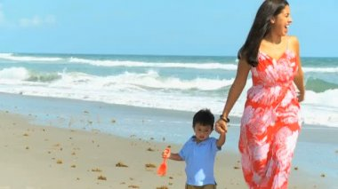Young Latin American Mother Child Beach — Stock Video
