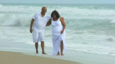 Senior Ethnic Couple Barefoot on Beach — Stock Video