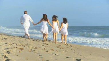 Caucasian Parents Teenage Girls Walking Together Beach — Stock Video