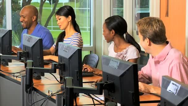 Estudiantes que aprenden en las aulas con computadoras — Vídeo de stock