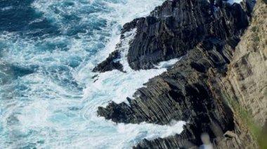 Powerful Waves Pounding Coastal Cliffs — Stock Video