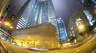 Illuminated city traffic and skyscraper — Vídeo de stock