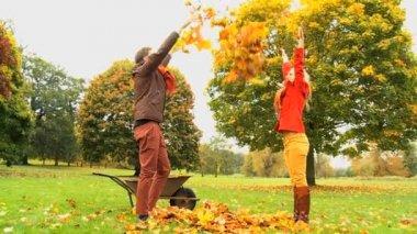 Caucasian couple having fun in the park — Vidéo