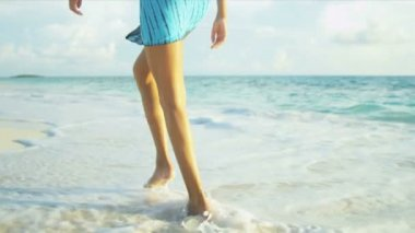 Barefoot Hispanic Beach Girl — ストックビデオ