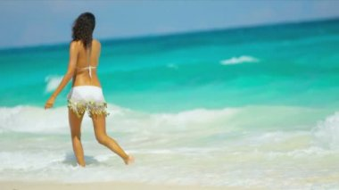 Barefoot Hispanic Girl Luxury Beach Vacation — Stock Video