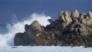 Waves breaking onto rocky coastline — Stock Video