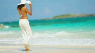 Barefoot Girl Luxury Beach Vacation — Stock Video