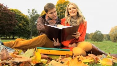 Student couple revising Study notes Autumn Day — Stock Video