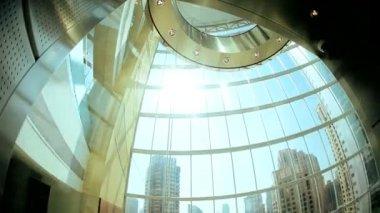 Ascensore in edificio moderno grattacielo — Video Stock