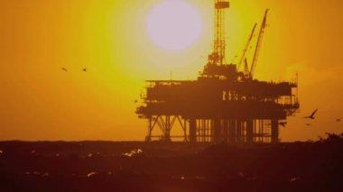 Ropná plošina v moři při západu slunce — Stock video