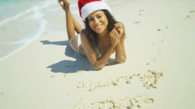 Portrait Smiling Hispanic Girl Wearing Christmas Hat Beach — Stock Video