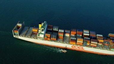 Widok na wyspie hong kong kontenerowiec — Wideo stockowe
