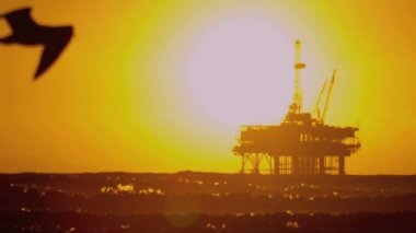 Oil platform in the sea at sunset — Stock Video