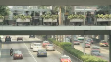 Elevated walkway above busy road traffic — Stock Video