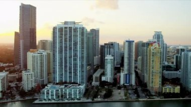 Aerial coastal view of luxury condominiums, Miami — Stock Video