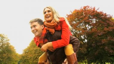 Dating couple warmly clothed in autumn — Video Stock